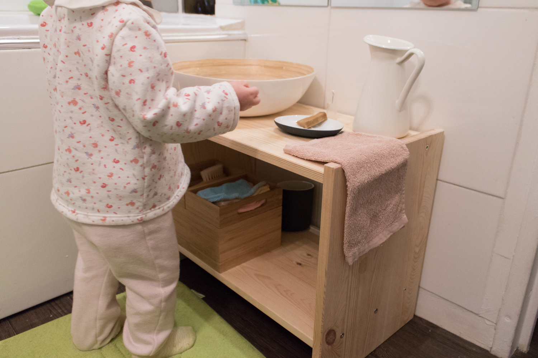 sa salle de bain pour apprendre faire seule ma maison montessori. Black Bedroom Furniture Sets. Home Design Ideas
